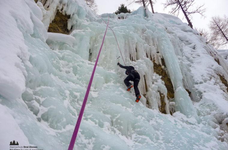 Eiklettern Wasserfall - Arrampicata ghiaccio - ice climbing 2020 - Alpinschule Drei Zinnen (45)