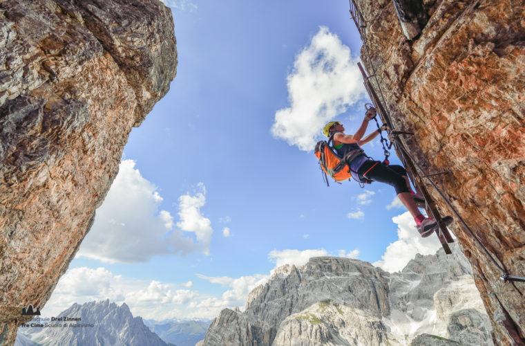 Klettersteigerin im Leitersteig am Toblinger Knoten, Blick auf Dreischusterspitze, Sextener Dolomiten, Hochpustertal, S¸dtirol, Italien Model Released
